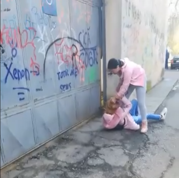 Bătaie între două adolescente, pe o stradă din Alexandria. Poliția a deschis o anchetă