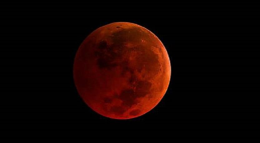 """""""Fake news"""". Milioane de oameni s-au uitat la o poză cu """"super luna"""", crezând că e LIVE"""
