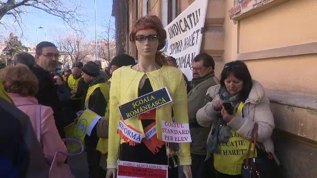 Valentin Popa, întâmpinat la muncă, în prima zi de ministru, cu un manechin cu perfuzii