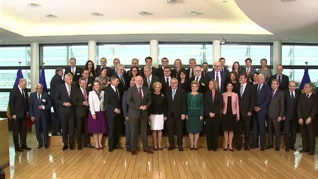 Liderii UE, primiți cu bomboane și transportați cu autobuzul. Dragnea și-a luat concediu