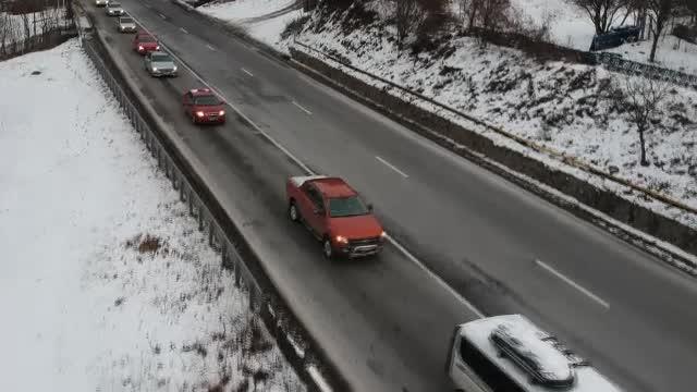Autoturism avariat de pietre pe DN1. Se circulă în coloană între Predeal şi Buşteni
