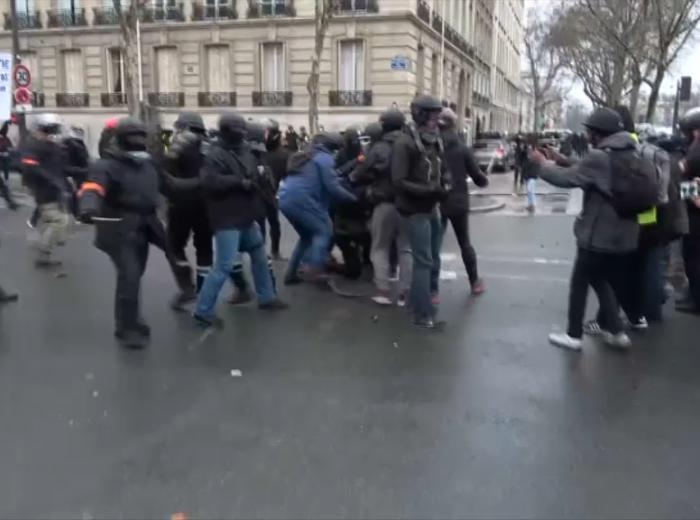 Noi confruntări între Vestele Galbene şi poliţie în Franța. 42 de persoane, reținute la Paris