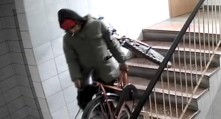 Tupeul unui hoț de biciclete din Capitală. Ipostaza în care a fost filmat într-un bloc