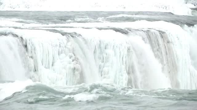 Cascada Niagara a înghețat parțial. Vizitatorii admiră fenomenul spectaculos