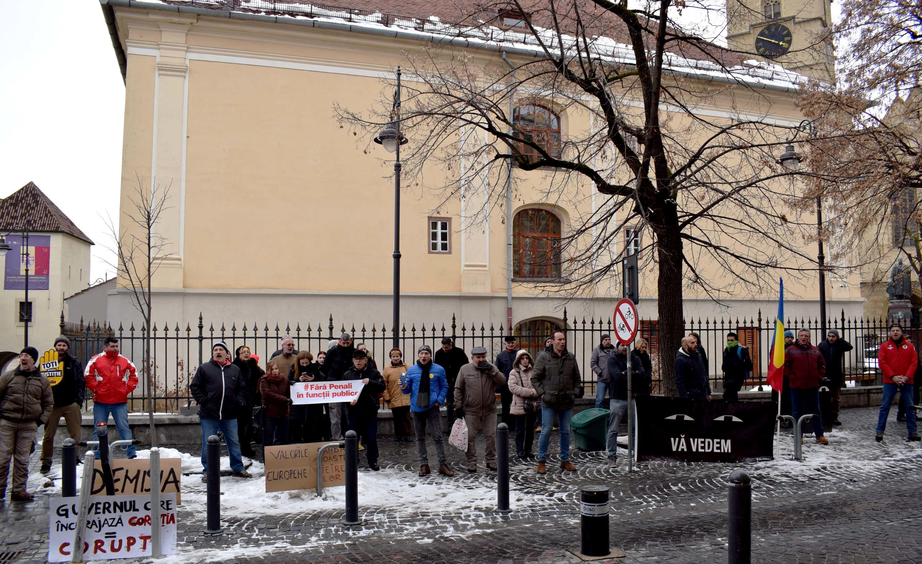 Sute de persoane au protestat la Sibiu, faţă de OUG pentru contestaţia în anulare