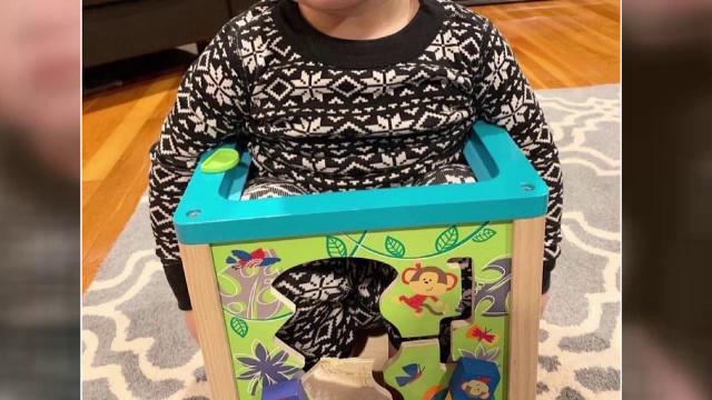 Copil salvat de polițiști, după ce s-a blocat într-o jucărie sub formă de cub