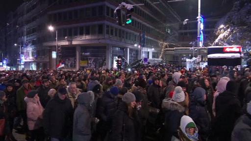 Mii de sârbi, în stradă pentru a opta sâmbătă consecutivă. Imagini cu protestele din Belgrad