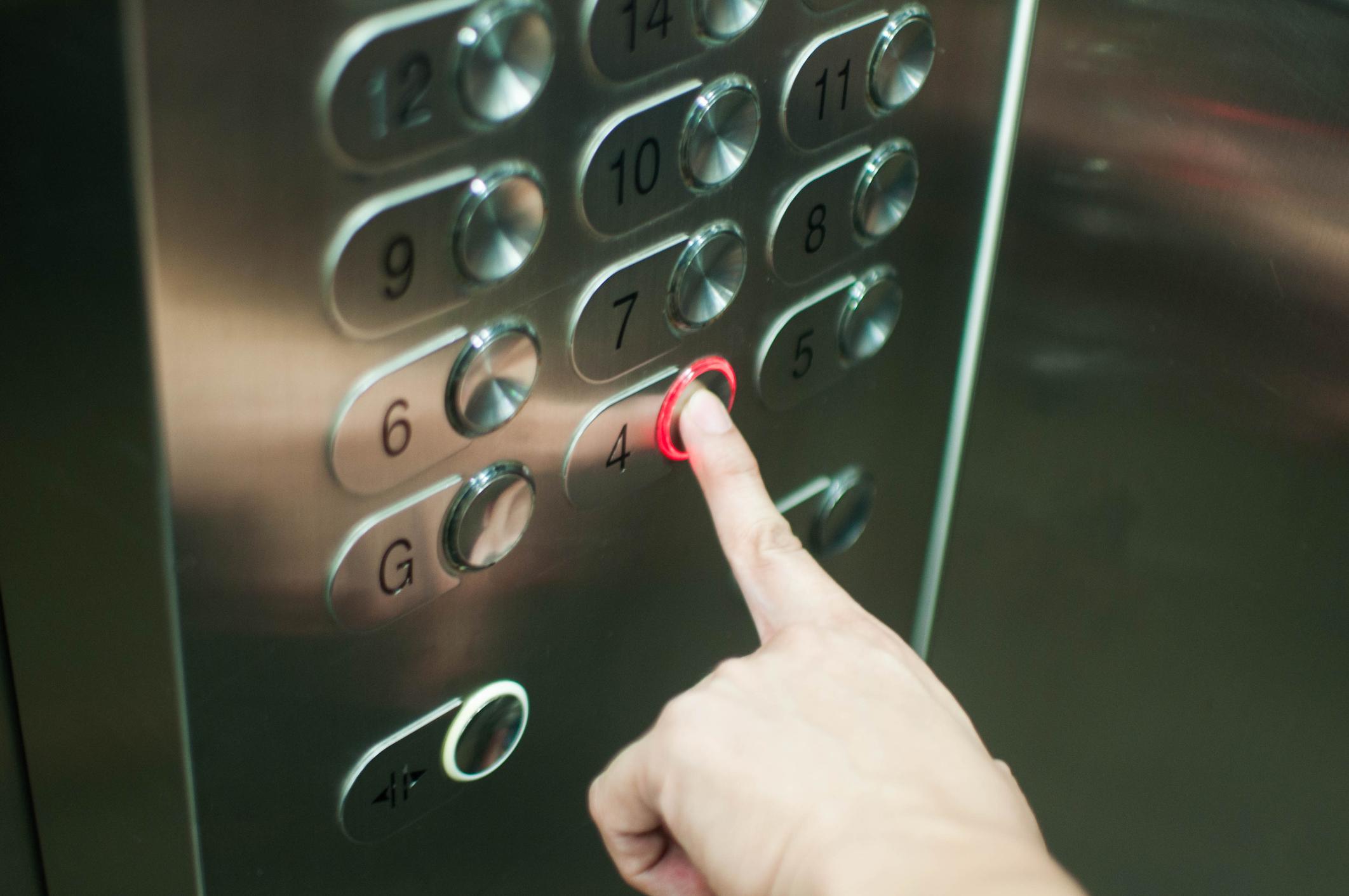 Momentul în care un pedofil agresează sexual, în lift, o fetiță de 7 ani. VIDEO