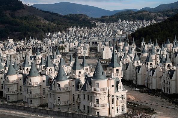 Orașul fantomă cu sute de vile-castel în stil Disney, abandonate. Imagini din dronă