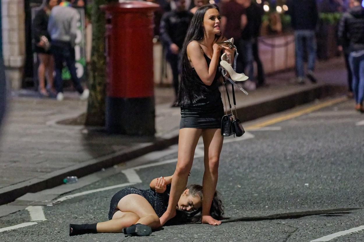 Tinerii britanici, petrecere de pomină de Anul Nou. Fete în rochii și sandale la 5 grade. GALERIE FOTO
