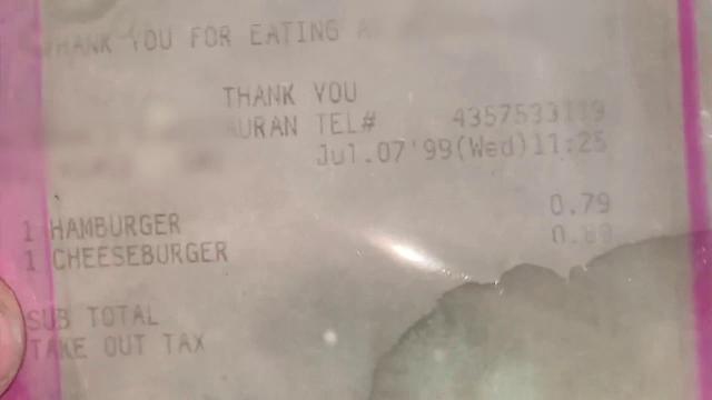 """Cum arată """"cel mai vechi hamburger din lume"""". În iulie împlinește 21 de ani"""