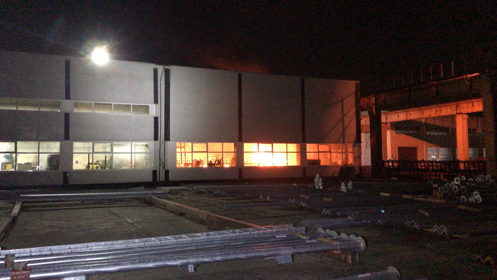 Incendiu major în București. O hală cu bazine cu zinc și acid clorhidric, cuprinsă de flăcări