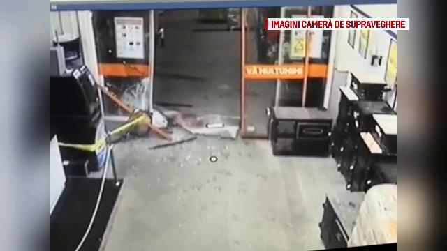 Greşeala hoţilor care au încercat să smulgă un bancomat din zid cu BMW-ul