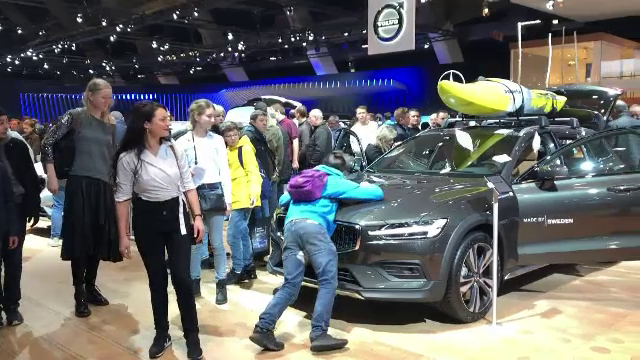 Haos la Salonul Auto de la Bruxelles. Zeci de oameni s-au stropit cu ulei și s-au urcat în mașini