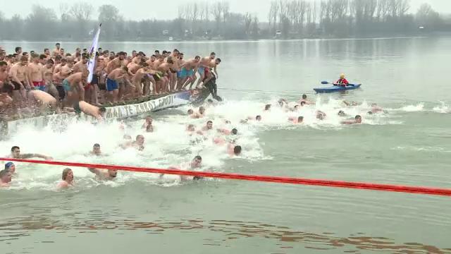 Creștinii pe rit vechi au sărbătorit Boboteaza. Peste 200 de persoane au înotat după cruce