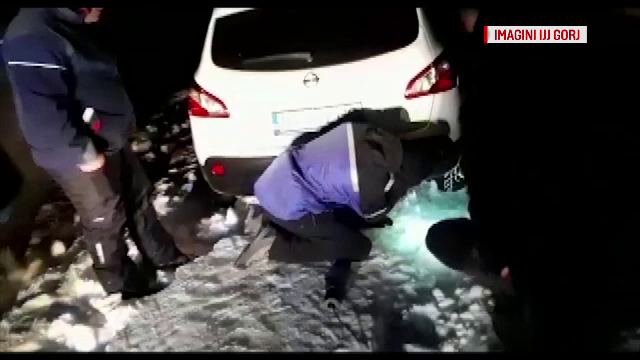 Mai mulți turiști care s-au aventurat pe Transalpina, blocați în zăpadă și salvați de jandarmi