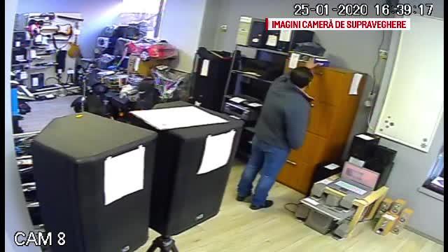 Un bărbat a fost filmat jefuind un amanet din Pitești. A furat un laptop de 2.500 de lei