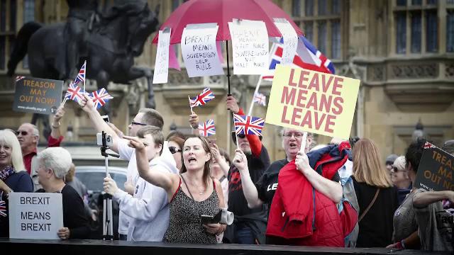 Cum petrec britanicii noaptea de Brexit. Umor englezesc, dansuri și cântece