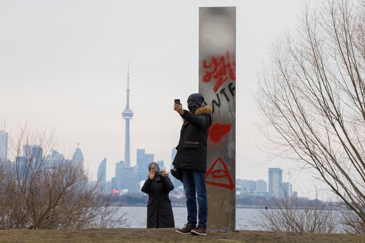 Monolit misterios, apărut în Toronto. În scurt timp a fost vandalizat