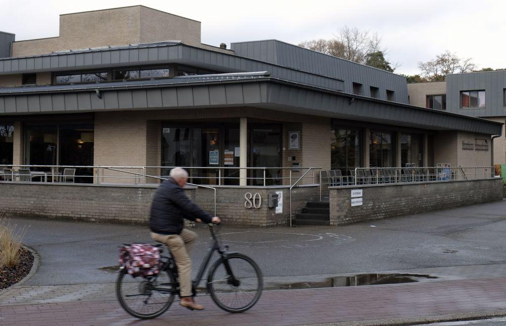 Zeci de bătrâni morți de coronavirus după ce au primit vizita unor voluntari, în Belgia. Unul se îmbrăcase în Moș Crăciun