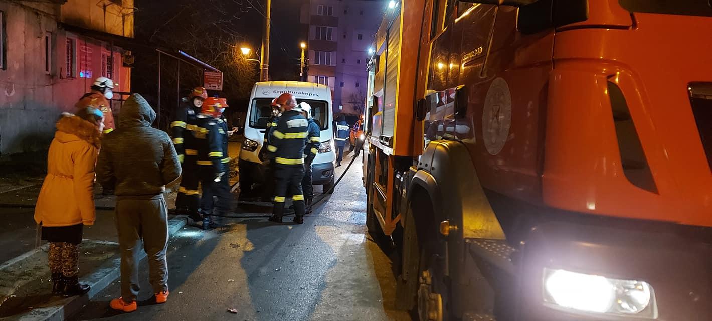 O femeie a murit și 46 de persoane au fost evacuate după un incendiu la un bloc din Baia Mare