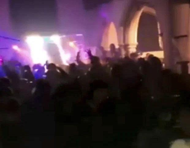 Petrecere cu 500 de participanți într-o biserică veche din Essex. Polițiștii au fost atacați cu sticle în timpul intervenției