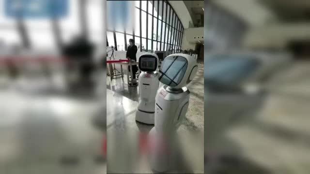 """Doi roboței dintr-o librărie din China s-au luat la ceartă: """"Chiar eşti enervant"""""""