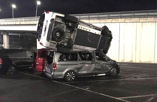 Un angajat Mercedes a distrus cu un excavator 69 de mașini după ce a fost concediat. Pagubele sunt enorme