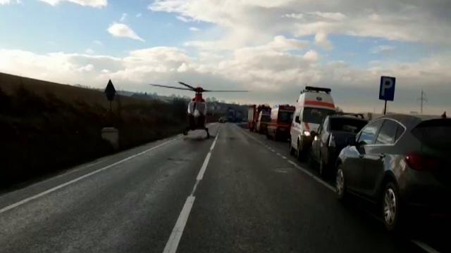 Doi copii și mama lor, duși cu elicopterul SMURD la spital direct de pe șosea, în Cluj. Ce s-a întâmplat