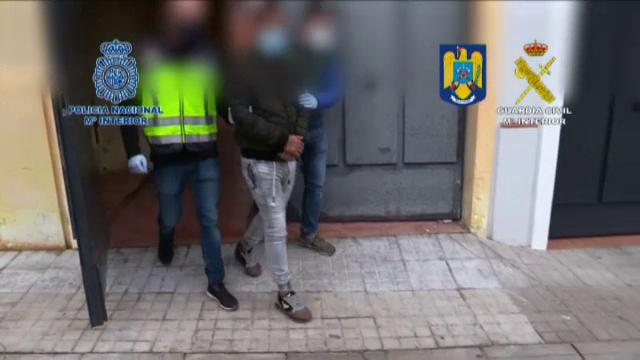 Opt români au fost arestați în Spania, acuzați de trafic de persoane. Condițiile cumplite în care își țineau victimele