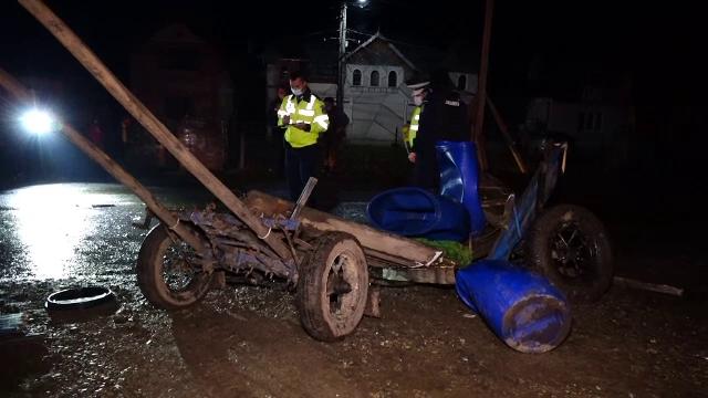 Doi oameni și un cal au scăpat ca prin minune cu viață după ce căruța lor a fost spulberată de o mașină, în Bistrița Năsăud