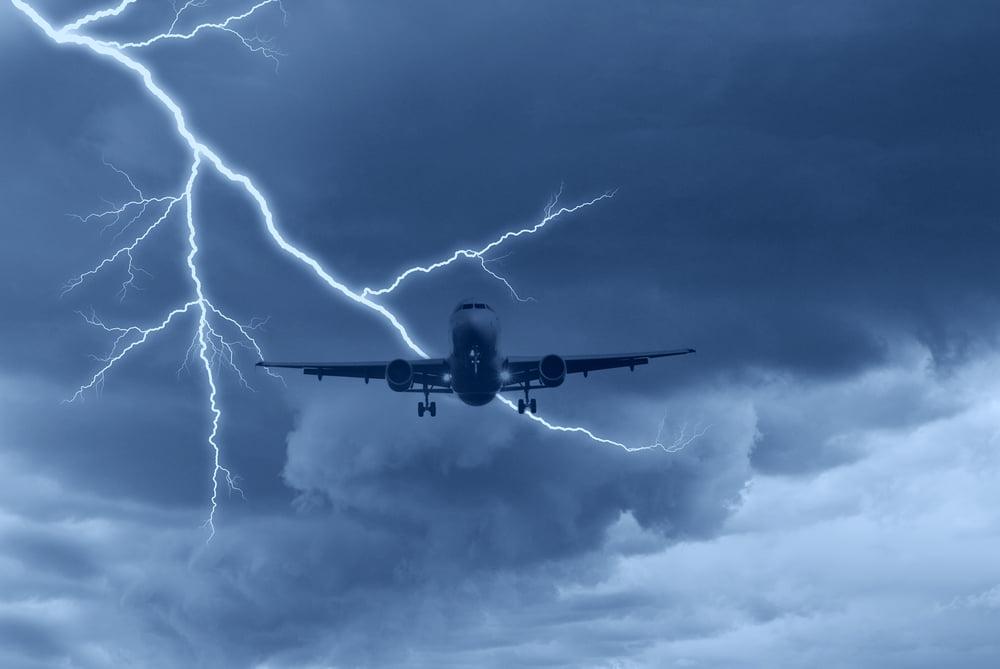 Un avion cu 90 de romani la bord a fost lovit de fulger in Italia. Care este starea pasagerilor