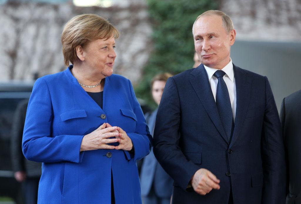 """Vladimir Putin şi Angela Merkel au discutat despre o """"producţie comună de vaccinuri"""""""