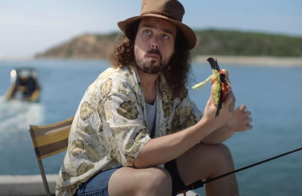 VIDEO. O reclamă cu un bărbat care mănâncă un sandviş cu liliac stârnește controverse în Australia
