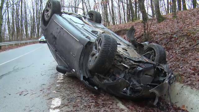 Două adolescente au furat mașina unui prieten și s-au răsturnat cu ea. Autoturismul, distrus aproape complet