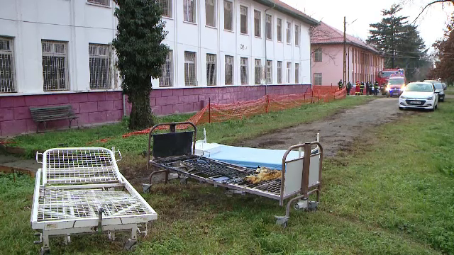 Alertă la un spital de psihiatrie din județul Timiș. O saltea a luat foc de la o țigară