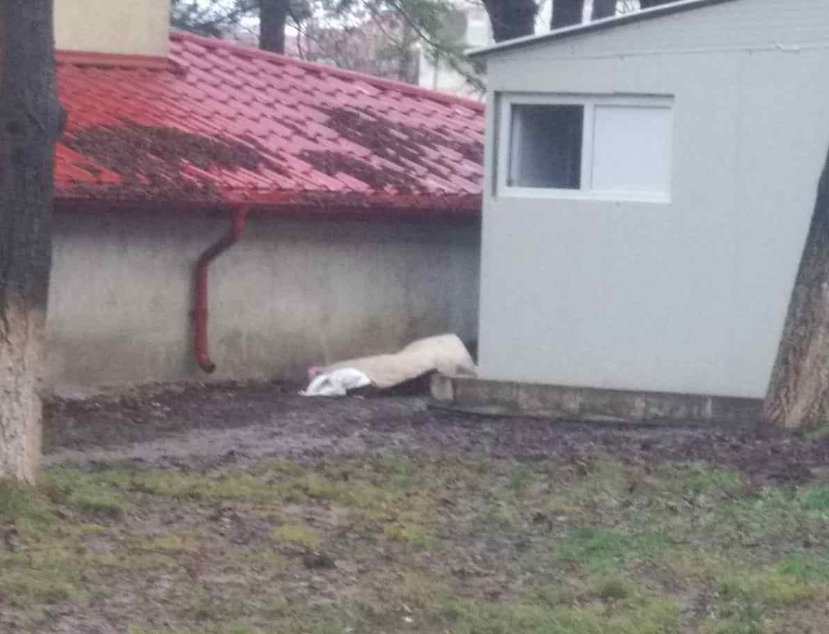 A murit în curtea Spitalului Județean Botoșani și nimeni nu a băgat-o în seamă. Cum s-a terminat