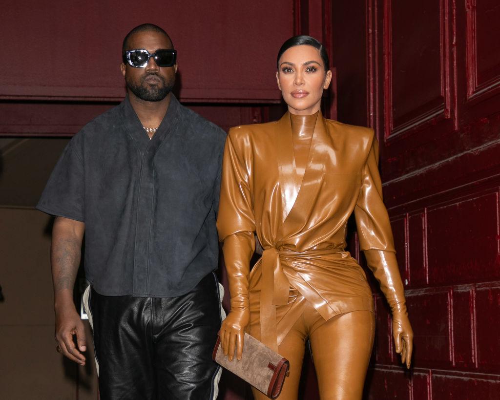 Kim Kardashian și Kanye West divorțează după ce s-au separat în 2020. Kim a angajat avocata vedetelor