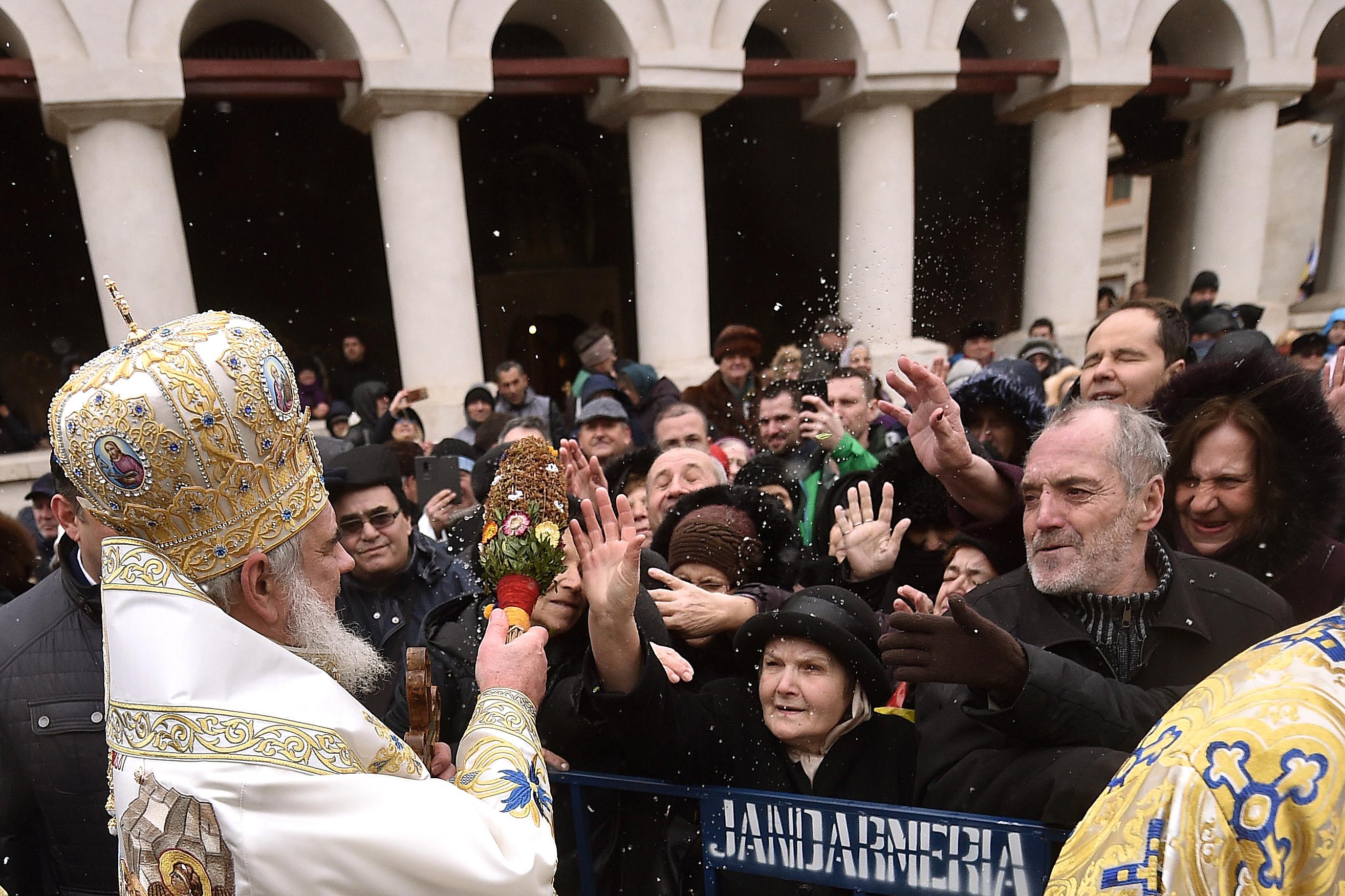 """Mii de oameni la ceremoniile de Bobotează. IPS Teodosie i-a rugat să păstreze distanța: """"Să nu supărăm autoritățile"""""""