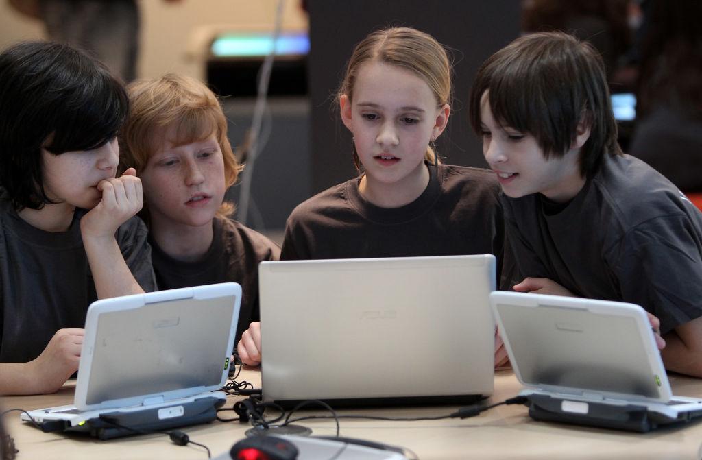 Pericolele din mediul online la care sunt expuși copiii în vremea pandemiei de COVID-19