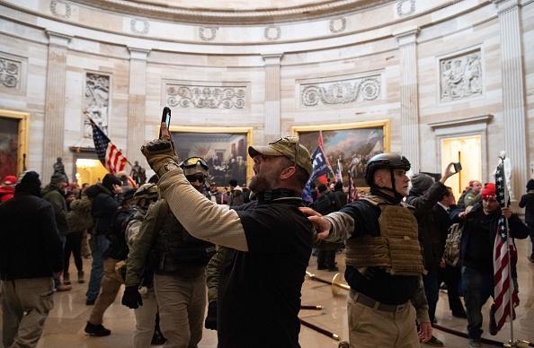 Grupări și simboluri extremiste identificate la protestul organizat de susținătorii lui Donald Trump