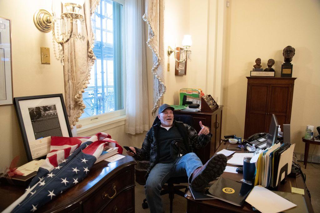 Richard Barnett, cel care s-a urcat cu picioarele pe biroul lui Nancy Pelosi, a fost arestat