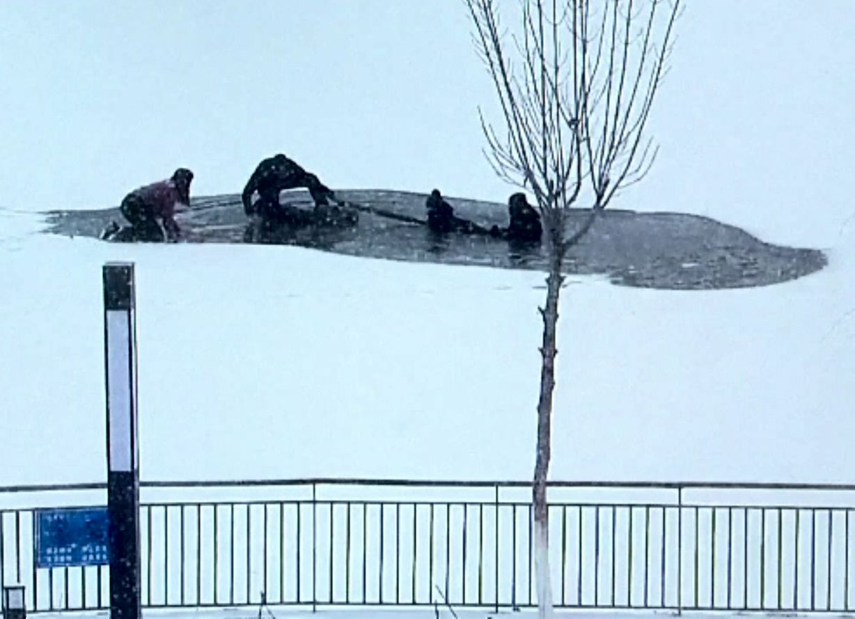 Tragedie în China. Un băiețel a fost salvat dintr-un lac înghețat, dar un salvator a murit