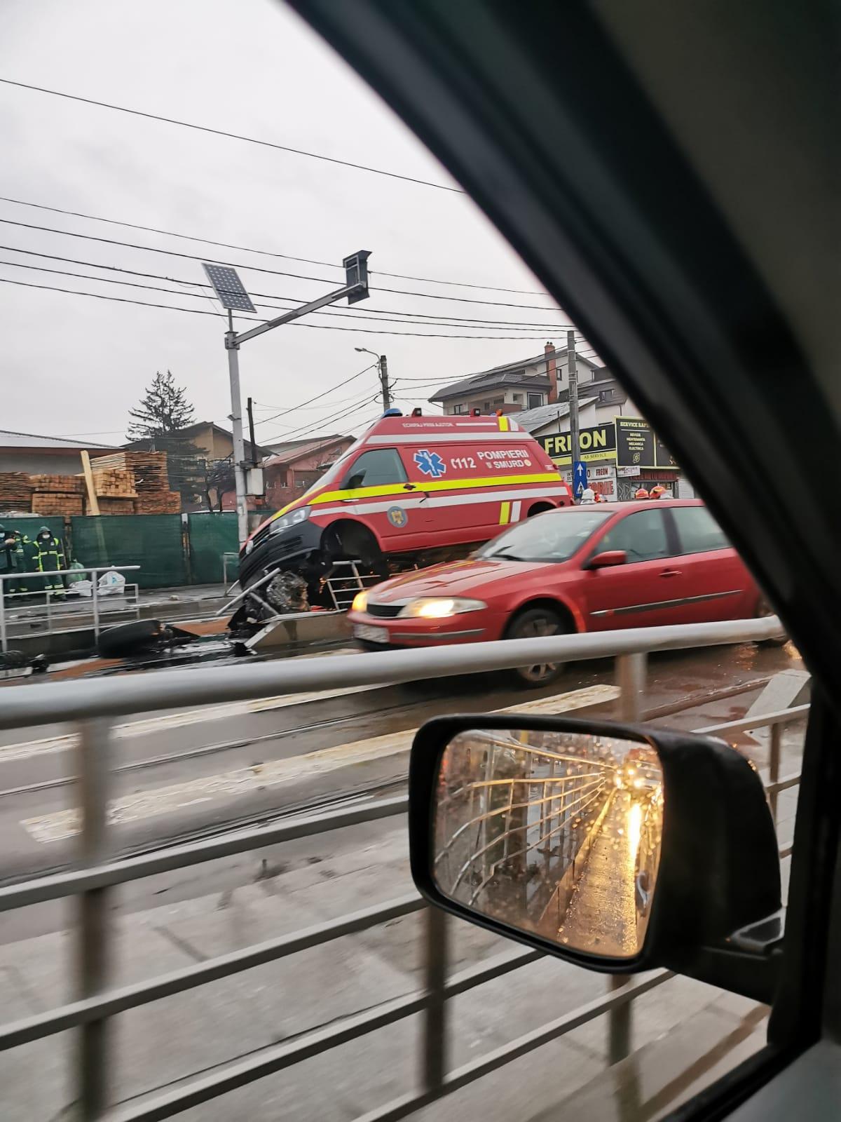 Accident cu trei victime în București, după ce o ambulanță SMURD a intrat în refugiul unui tramvai