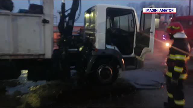 Un camion încărcat cu fier vechi a luat foc în Găești