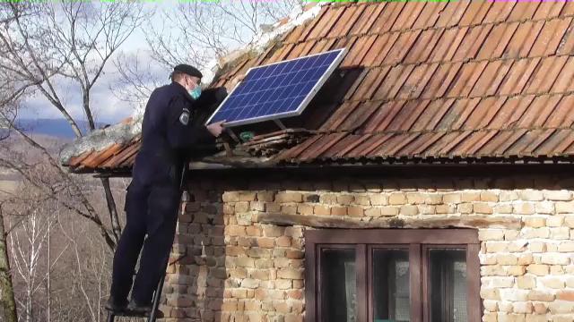 Jandarmii au strâns bani și i-au instalat panouri solare unui tată care își crește singur fiica de 14 ani