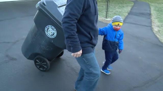 Un băiețel de 3 ani a devenit ajutor de gunoier.