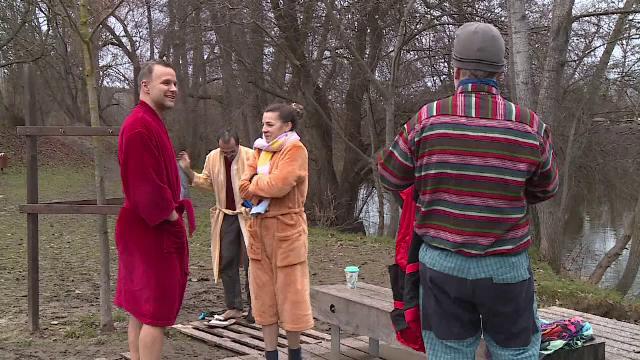 Scăldatul în apa rece ca gheața, o activitate tot mai populară în Cehia