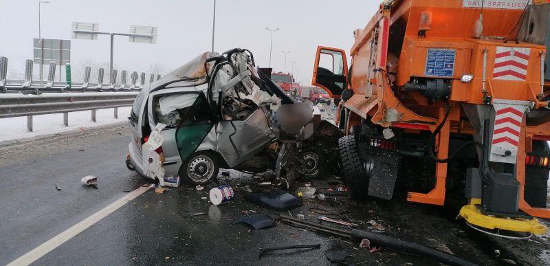 Trei morţi şi o persoană grav rănită pe A1, după ce un autoturism a lovit un utilaj de deszăpezire