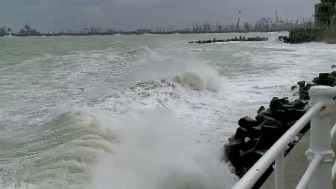 Furtună puternică la malul mării. Rafale de 60 km/h și valuri de peste 4 metri în larg